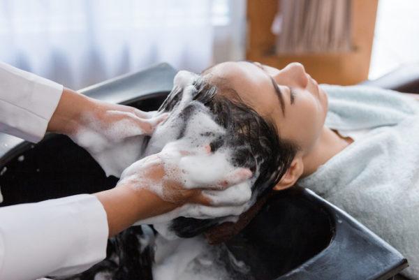産後の弱った頭皮には 十分な保湿と 足りない美容成分を補う 必要があります。